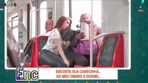 Mulher transforma passageira de trem em 'ombro amigo'