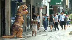 Dino: A mulher abraçou o dinossauro!
