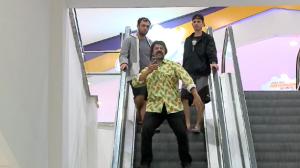 Escada dançante: João da Nica dança Macarena na escada rolante