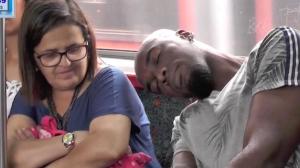 Ombro amigo: expulsou a mulher do trem