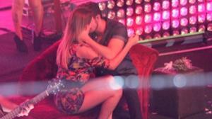Luan Santana nega ter beijado f� no palco: 'S� encostei o rosto'