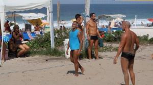 Rom�rio joga futev�lei na praia e reclama com juiz