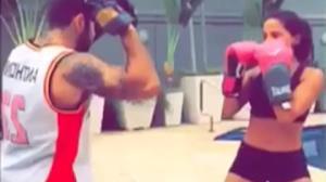 Anitta aplica golpes com shortinho sexy