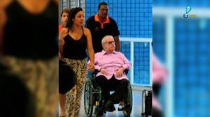 J� Soares usa cadeira de rodas em aeroporto