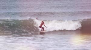 Dani Suzuki se dedica para pegar onda em dia de praia