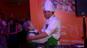 Palmirinha ataca de DJ e coloca Andr� Marques para cozinhar