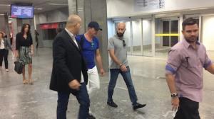 Antonio Banderas conversa com paparazzo ao desembarcar no RJ