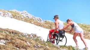 Fernando Fernandes recebe ajuda de namorada para subir duna