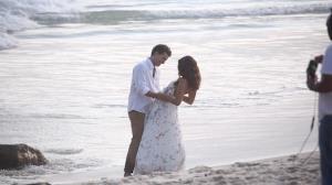Thiago Fragoso e Camila Pitanga gravam 'final feliz' de novela na praia