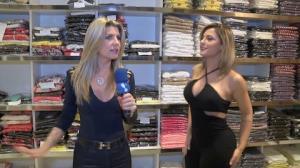 �ris Stefanelli e Babi Rossi causam em rua de com�rcio popular