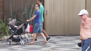 Carolina Ferraz passeia com a filha de cinco meses