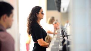 Luiza Brunet � vista com look glamuroso no aeroporto