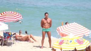 Tuca Andrada exibe corpo sarado aos 52 anos em praia do RJ