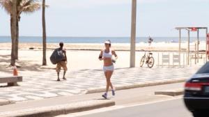 De top e shortinho, Letícia Birkheuer mostra corpão na orla do RJ