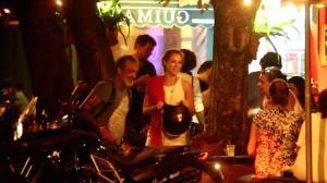 Paolla Oliveira curte noite em bar com o namorado e vai embora de moto