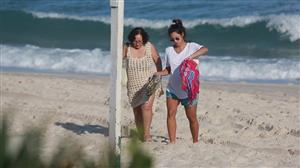 Na reta final da gravidez, Yanna Lavigne passeia com a mãe em praia no Rio