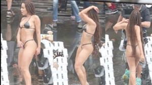 Anitta grava clipe no Morro do Vidigal com biquíni de fita isolante