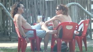 Fábio Lago aproveita folga de novela para tomar cervejinha com amigos
