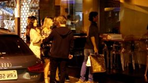 Recém-casada, Isis Valverde tem noite especial com o maridão