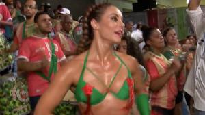 Paolla Oliveira aparece ao lado do novo namorado em ensaio de Carnaval