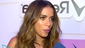 """Anitta usa looks com """"aberturinha"""" para facilitar xixi em trio elétrico"""
