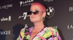 Xuxa confirma que precisou remover cabelo rosa para apresentar reality