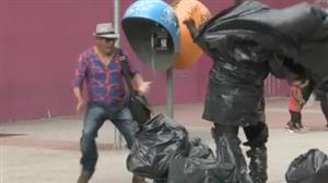 """""""Monstro do lixo"""" surge do nada e assusta pedestres"""