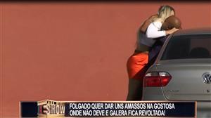 Casal safadinho fica de pegação em  estacionamento e deixa a galera furiosa