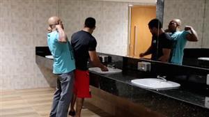 Pilantra decide dar uma sarradinha no banheiro e deixa a rapaziada furiosa
