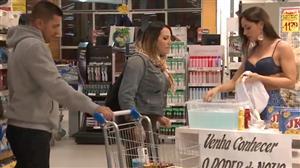 Mulher demonstra produto no mercado e deixa a mulherada furiosa