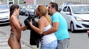Vendedora de biquíni demonstra produto e arruma confusão