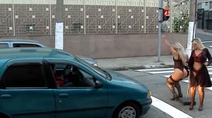 """Dupla de gatas sem grana para o trânsito para conseguir um """"trocado"""""""