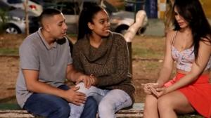 Morena desabafa com casal, mas mostra demais e causa discórdia