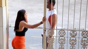 """Morena pede ajuda com """"gulosa"""" e rapaziada fica na vontade"""