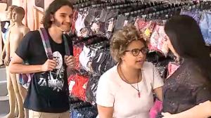 Vendedora mostra calcinha e tira mulher do sério