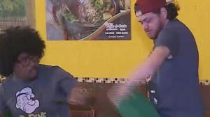 Folgado quase apanha da rapaziada ao limpar mesa em restaurante