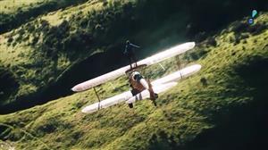 Aventureiro fica em pé em cima de avião e depois faz salto
