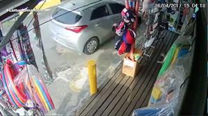 Carro invade calçada e atropela família de turistas no Guarujá (SP)