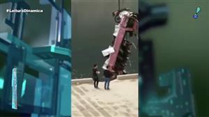 Ônibus cai de ponte e causa a morte de 13 pessoas na China