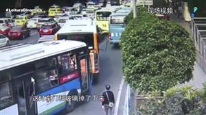 Câmera flagra chinês quebrando porta de ônibus