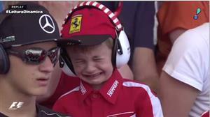 Imagem comovente faz Ferrari levar pequeno fã para conhecer Kimi Raikkonen