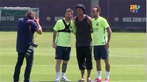 Ronaldinho Gaúcho é tietado no centro de treinamentos do Barcelona