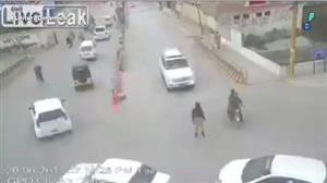 Câmera flagra atropelamento chocante no Paquistão