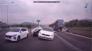 Ônibus desgovernado causa duas mortes na Coreia do Sul