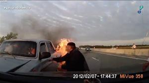 Idosos são resgatados de carro em chamas após colisão na Rússia
