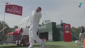 Golfistas se preparam para campeonato vestidos de astronauta