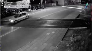 Carro escapa por pouco de ser atingido por trem na Polônia