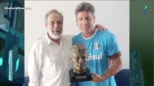 Renato Gaúcho ganha busto e não perde tempo para personalizar o objeto