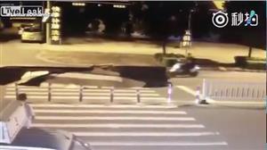 Vídeo assustador mostra cratera se abrindo diante de motociclista na China
