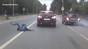 Câmera de veículo flagra atropelamento gravíssimo na Rússia